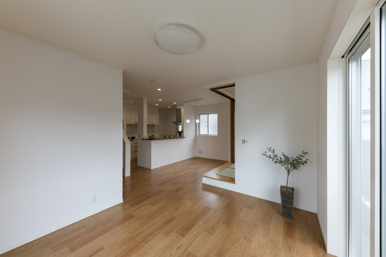小上がり畳スペースと合わせて20帖超の開放的で広々とした空間のLDK。