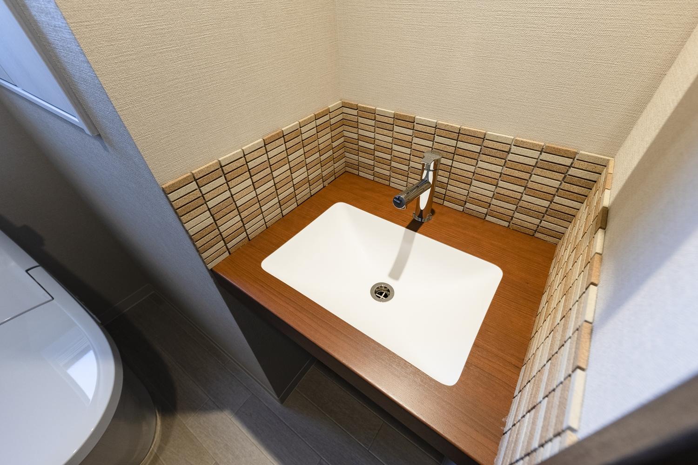 1階トイレ/独立タイプの手洗いを設置して、お客様をおもてなしします。レンガをイメージしたナチュラルな質感のタイルを施しとってもおしゃれな空間に。