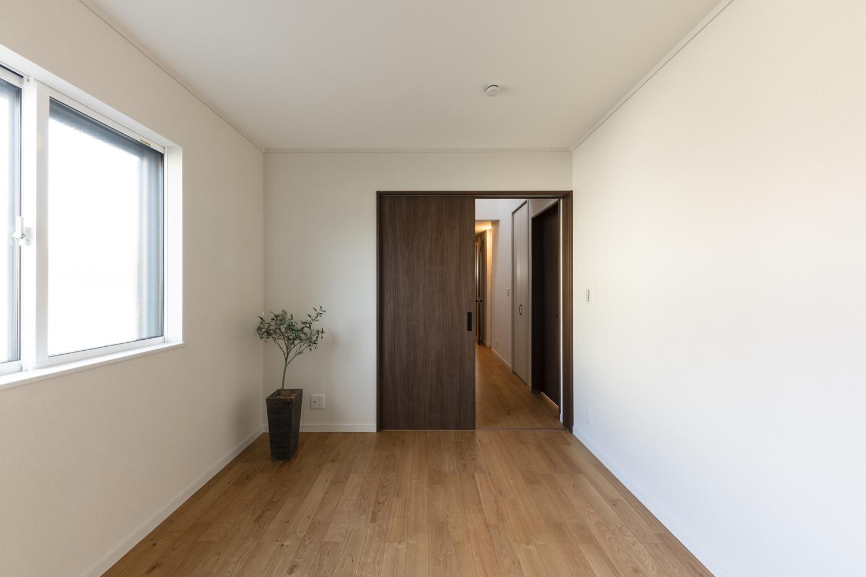 1階洋室/木の温もりを感じる、ナチュラルテイストな室内。