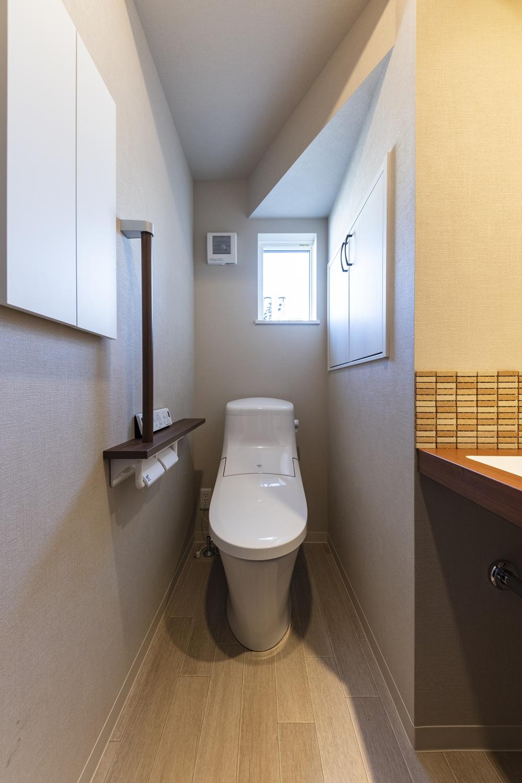 1階トイレ/手すりを設置して安全で快適な暮らしをサポート。