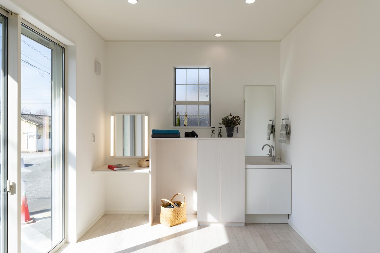 1階洋室/奥様のエステルーム。ドレッサーや収納・洗面台を設置し、機能的で心地の良い空間に。