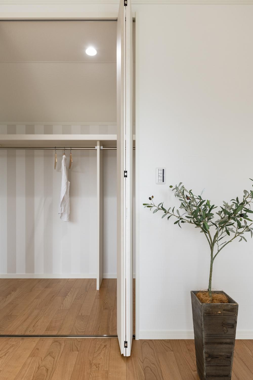 2階洋室/季節の衣類をたっぷり収納してくれるウォークインクロゼットを設えました。住空間を広々とご使用できます。