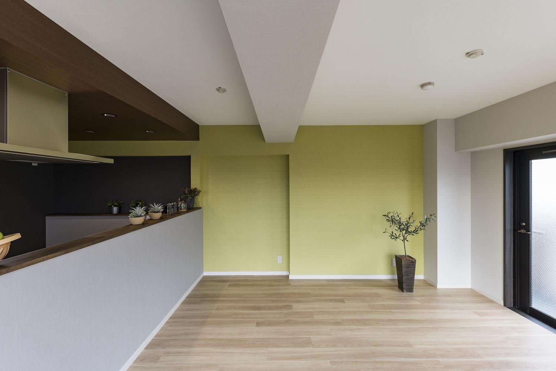 リビング/ナチュラルな木目のフロアに爽やかなピスタチオグリーンのクロスが空間を彩ります。キッチン周りにシックなトーンのクロスをあしらって空間をひきしめました。