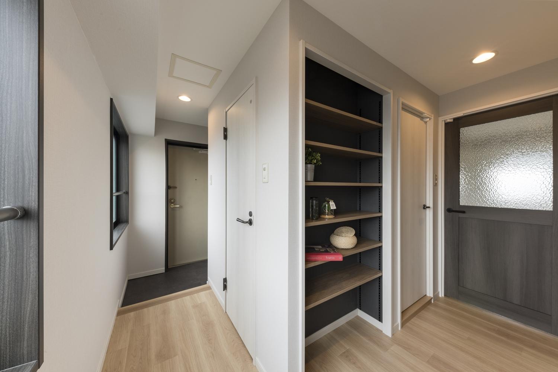 廊下収納/扉を撤去し「飾る・使う・しまう」を楽しむ魅せるオープン棚に大変身しました!濃い色のクロスを使ってコントラストをつける事で、空間がひきしまりグッとおしゃれな空間になりました♪