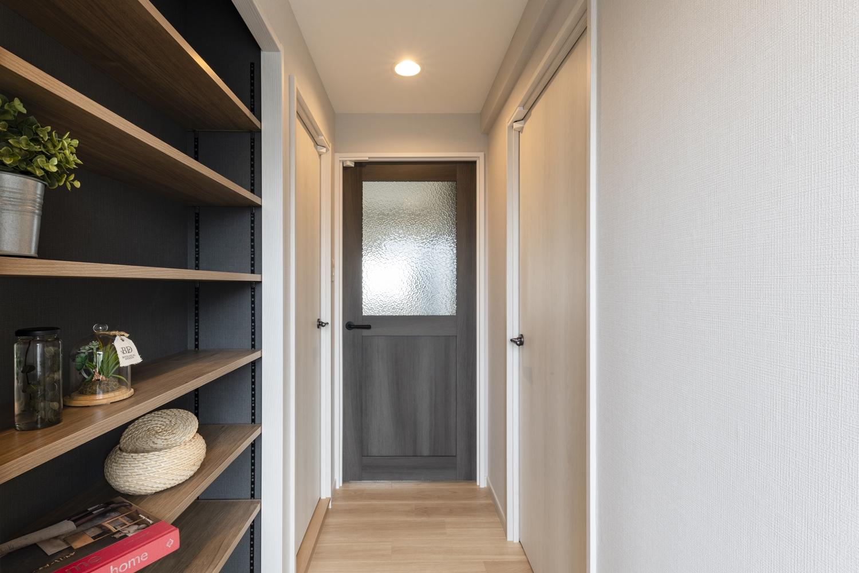 アンティーク家具などによく使われている型板ガラスをあしらった、おしゃれなスモークグレーのリビングドアに交換しました。