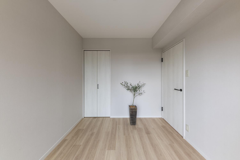 洋室/天井・壁のクロスの貼り替え、床材の上張りを行いました。淡いグレーのクロスをアクセントにした、やわらかさとシックさを合わせ持った落ち着いた空間に仕上がりました。