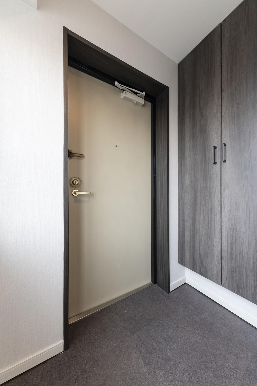 玄関/天井・壁紙、床材を貼り替えました。グレイッシュなカラーのシューズBOXや床材を施し、大人っぽくクール過ぎない柔らかな印象に仕上がりました。
