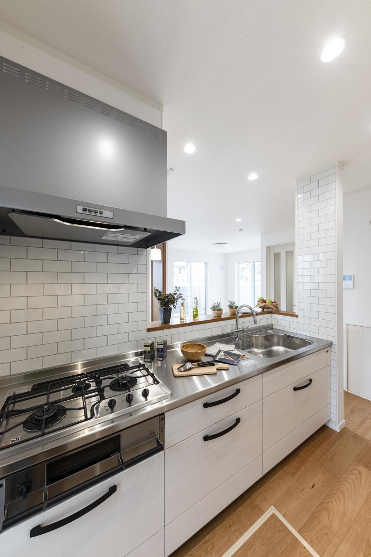 木材のもつ優しさや温かみを引き出した無垢の木のキッチン。本物の木ならではの豊かな表情を活かす扉デザインです。