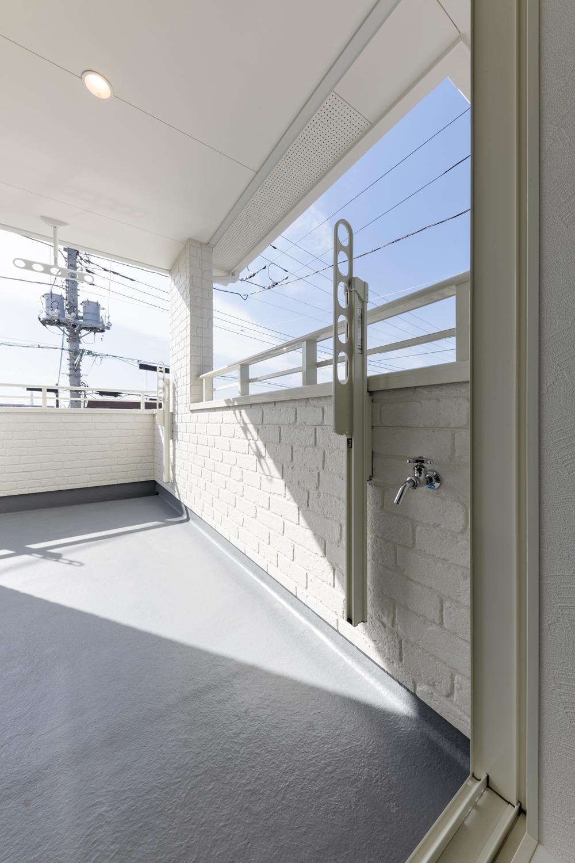 お部屋からも廊下からもバルコニーへ出れる回遊性のある間取り。洗濯物を干す時にお部屋を通らなくてすみ、家事導線が良く時短になります!