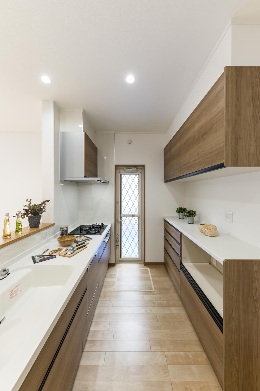 吊戸棚とカップボードは、キッチンと同じ扉カラー。ナチュラルな木目調でトータルコーディネート。