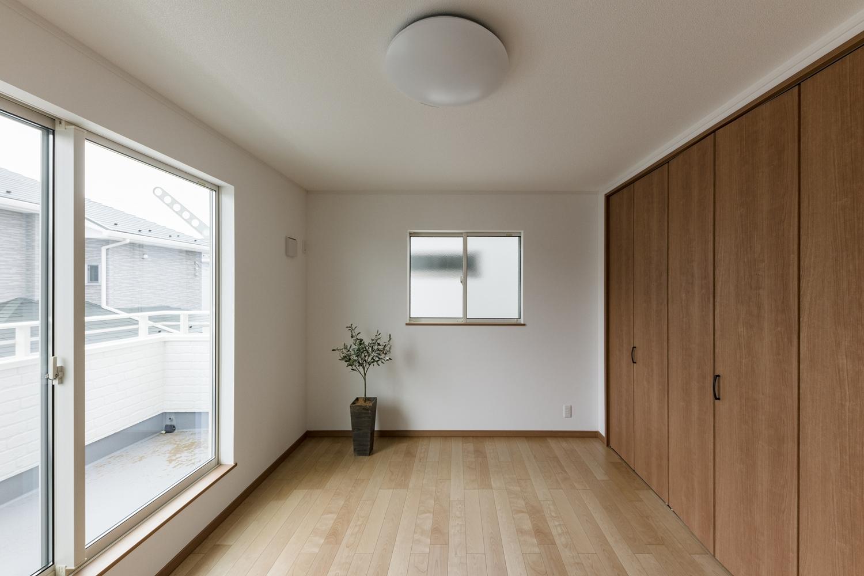 2階洋室/大きな窓から朝日が差し込み、目覚めもスッキリ。光溢れる空間を演出。