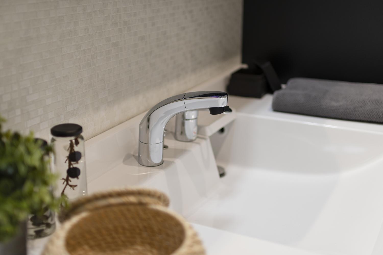 白を基調としたサニタリールーム。ホテルのような洗練された洗面空間が日常を豊かにします。