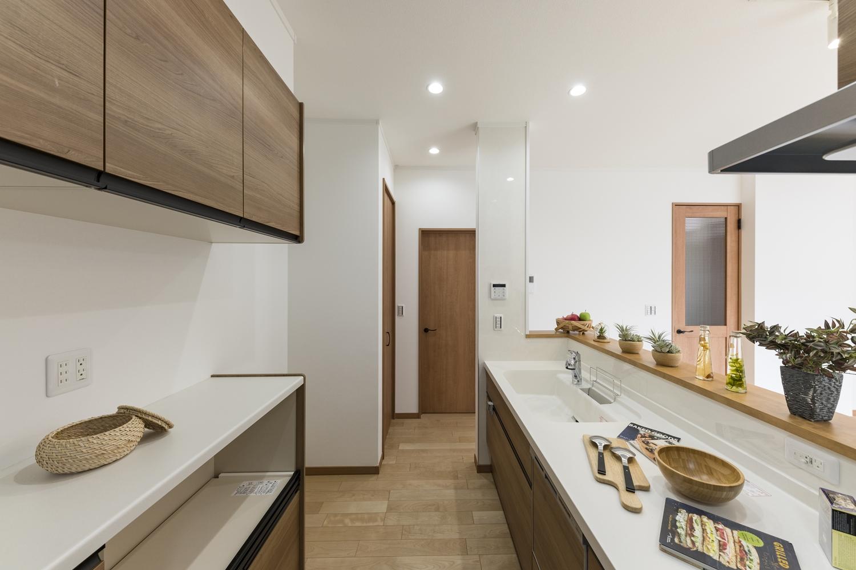 収納豊富なキッチン周り。行き止まりのない「回遊動線」で、家事の同時進行を快適に。