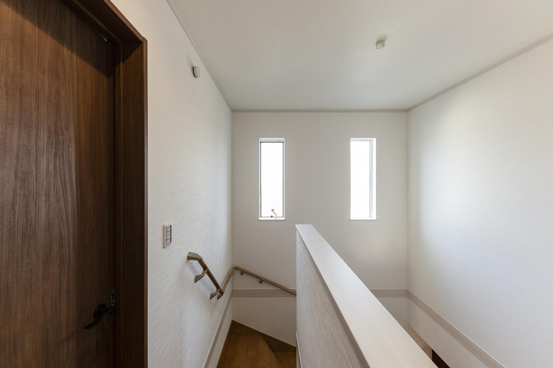 2階ホール/明るい吹抜け空間!二つ窓を並べ、たくさんの光が差し込む開放的な空間。