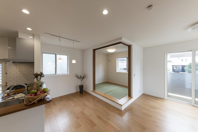家族の憩いの場としても小上がりの畳スペースは大活躍。ゴロンと横になったり、子供の遊び場にもぴったり♪