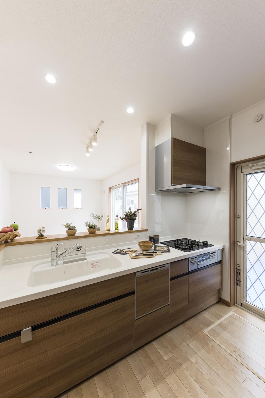マットな質感が洗練された、インテリア性の高い木目柄扉のキッチン。