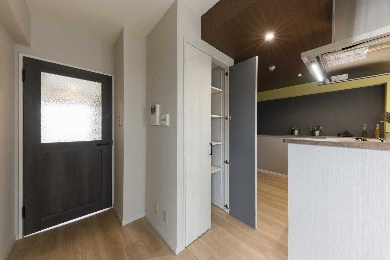 備蓄や場所をとるキッチン家電の保管に便利なパントリーを設えました。収納したい物によって自由に高さを変えられて機能的です♪