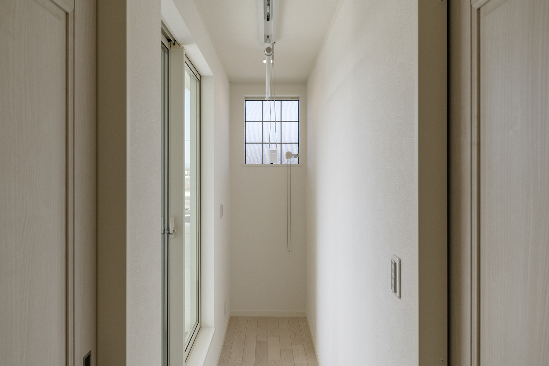 2階廊下/機能的でスマートな物干しを設置。使うときだけ、竿を降ろして室内干しでき、使わないときは天井に収まります。