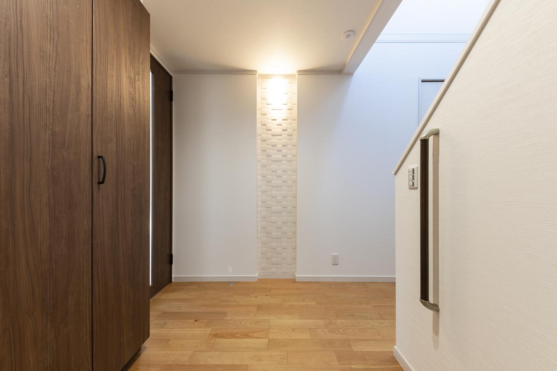 玄関ホール/空気を美しく整えるインテリア壁材「エコカラット」をあしらい、間接照明を当てよりお洒落な雰囲気を演出。