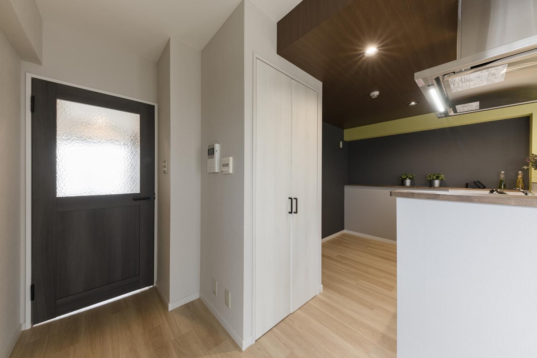 備蓄や場所をとるキッチン家電の保管に便利なパントリーを設えました。