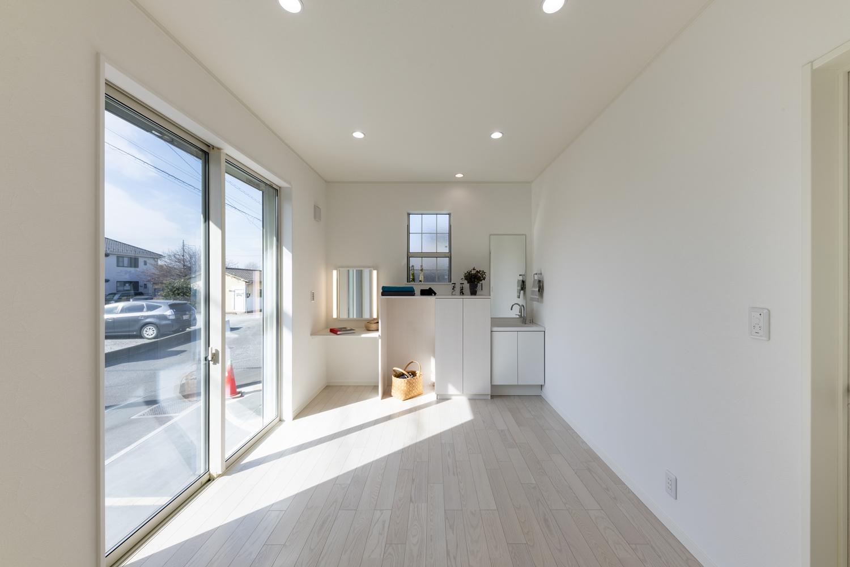 1階洋室/奥様のエステルーム。白を基調とした美しく清潔感ある空間。