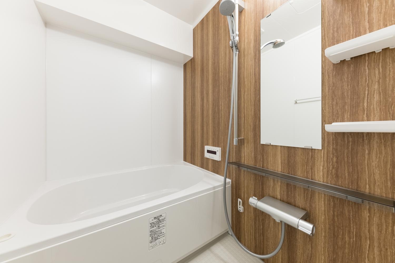 バスルーム/全面改修工事を行いました。木目の自然な風合いのアクセントパネルが空間に温もりをあたえます。