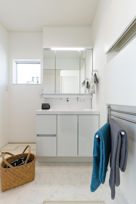 2階サニタリールーム/白を基調とした清潔感のある空間。壁を利用した機能的な薄型キャビネットを設置。