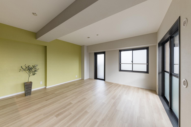 リビング/ナチュラルな木目の床材を既存の床に上張りしました。窓から差し込む光を反射し、お部屋を優しく包み込みます。