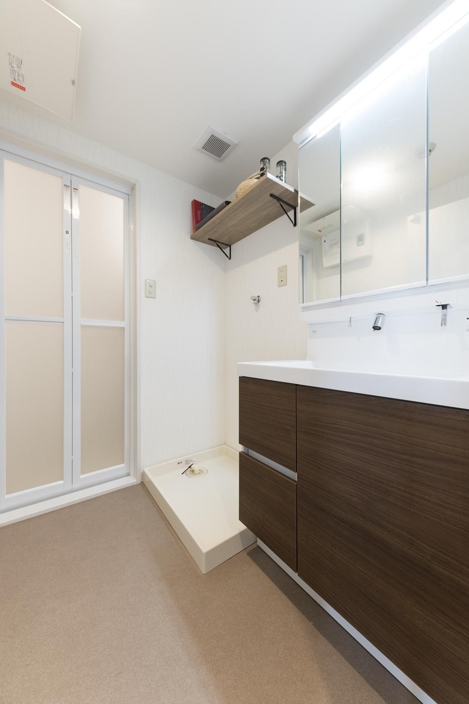洗面室/洗濯機置き場の上にタオルや洗剤を置けるカウンターを設置しました。 上部の空間をムダなく活用できます!