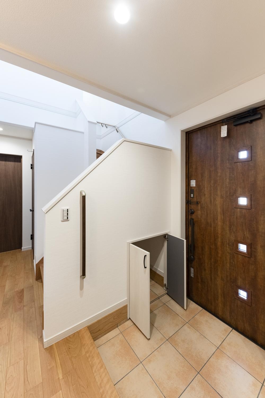 収納たっぷり!階段下スペースを収納にして、機能的な玄関に♪