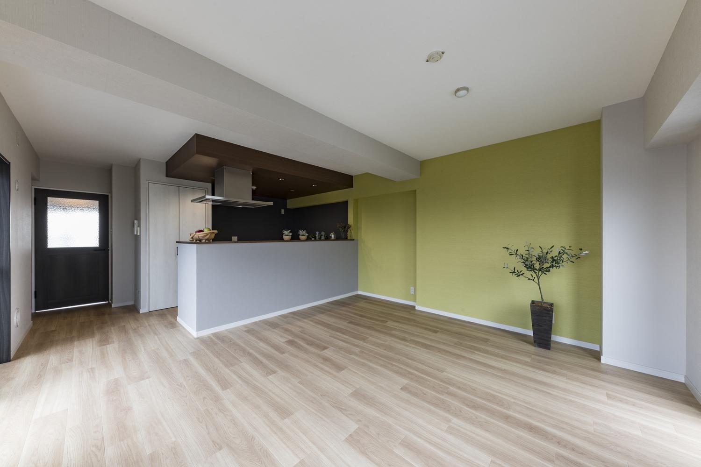 全室、天井・壁のクロスの貼り替えや床材の上張り、照明や建具・設備の交換を行いました。キッチンのレイアウトを対面に変えて、ビューキッチンが主役の開放的なリビングに生まれ変わりました!