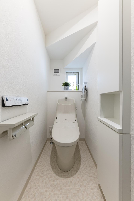 トイレ/トイレットペーパーなどたっぷりしまえる様に、高さのある埋込収納を設置しました。