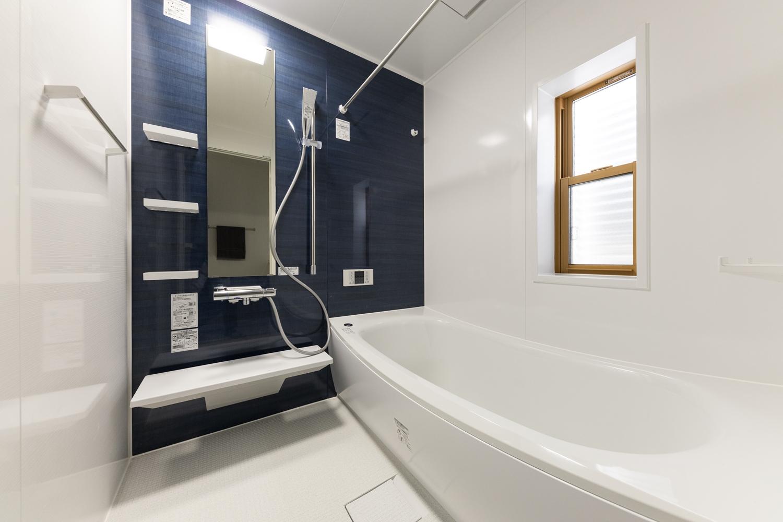 藍色のアクセントパネルで高級感あるバスルーム。