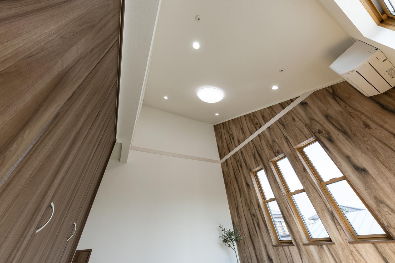 勾配天井を採用した寝室は、解放感たっぷりの空間に。
