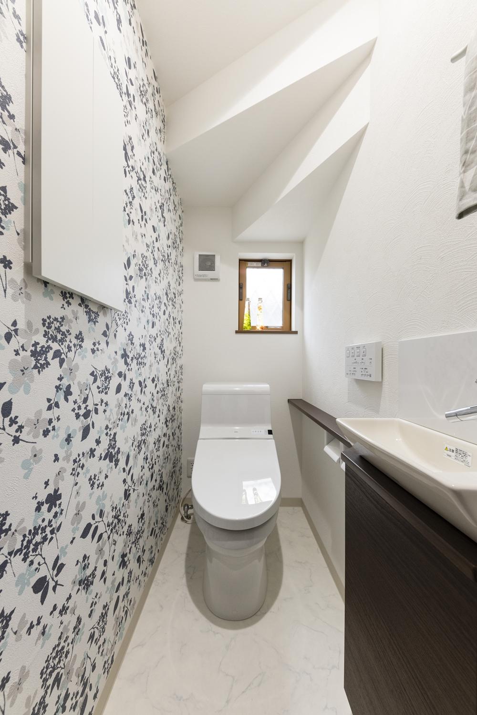1階トイレ/花柄とホワイトクロスで、広々快適に。