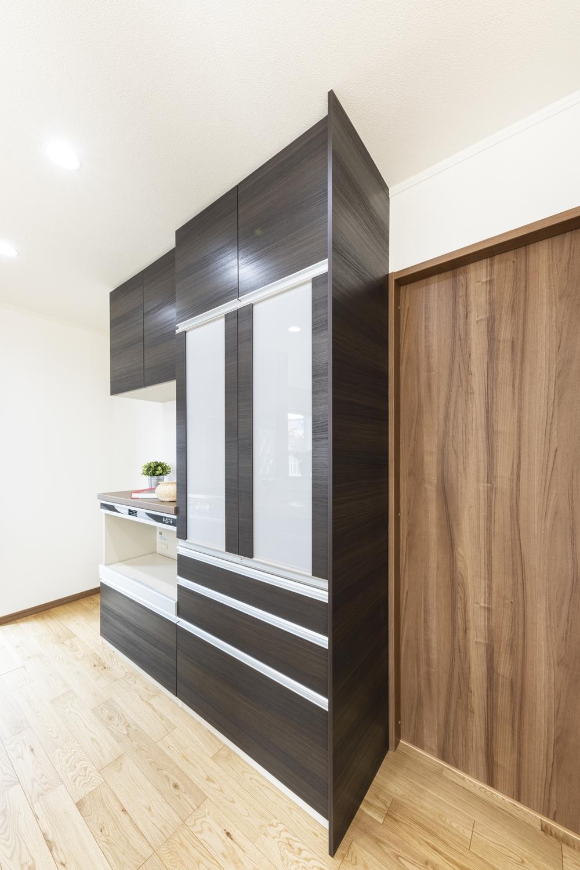 たっぷり収納のカップボードは、キッチン扉とおそろいに。