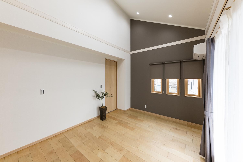 2階洋室/勾配天井×3つの上げ下げ窓×アクセントクロスで、おしゃれでモダンな主寝室。