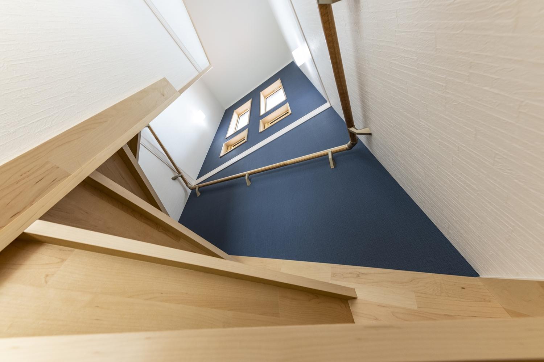 紺色のアクセントクロスで、スタイリッシュな階段に。