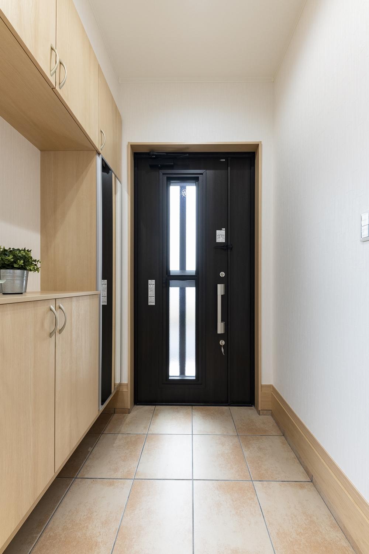 桑炭色の玄関ドアで、上質で重厚感漂う空間を演出。