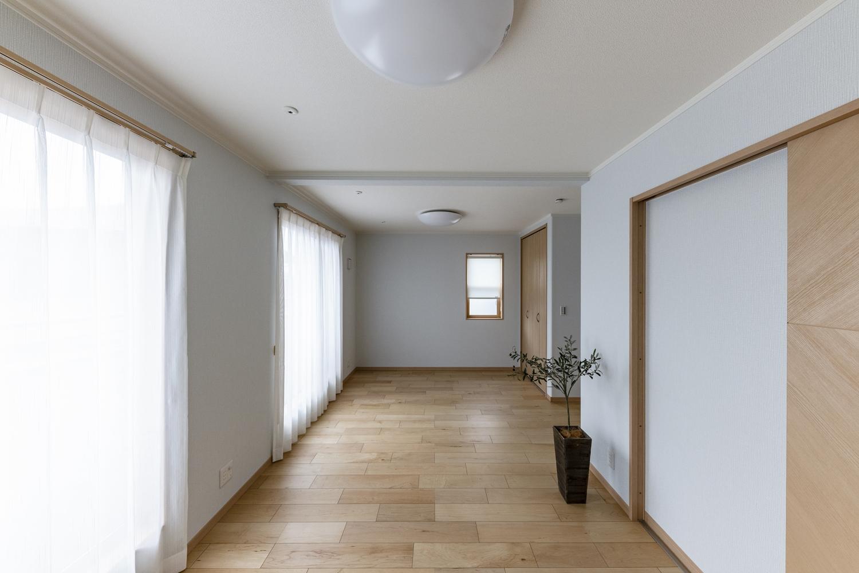 2階洋室/広々とした2ドア1ルーム。2部屋に仕切ることも可能な、フレキシビリティに富んだ間取り。