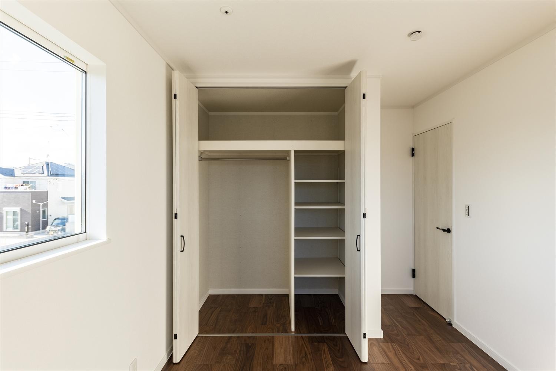 2階洋室/ホワイトのクロゼットで広々住空間。