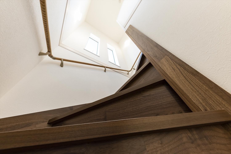 自然のやさしい光が降り注ぎ、明るく開放感のある階段スペース。