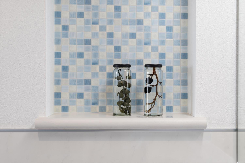 サニタリールーム/ニッチのアクセントクロスは、立体感、透明感のあるガラスモザイク調。