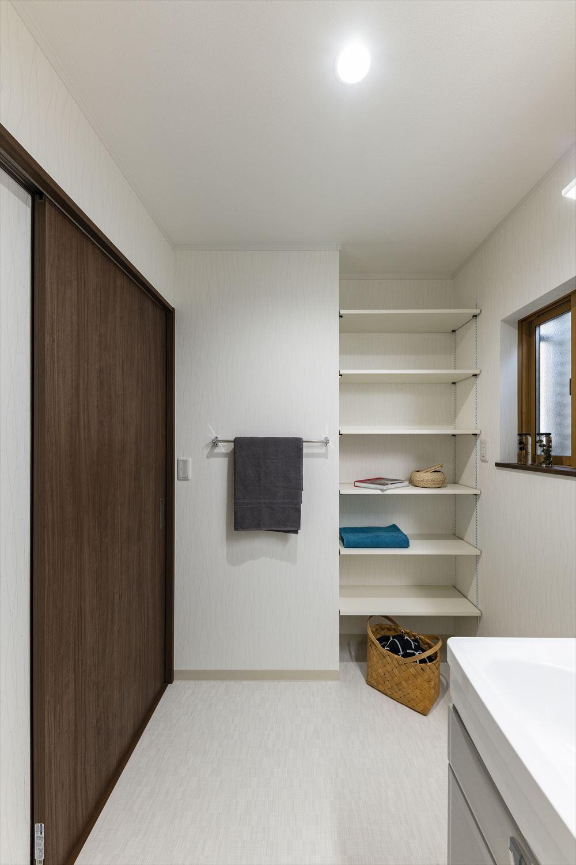 タオルや洗剤等をたっぷり収納できる可動式のリネン棚を設置したサニタリールーム。