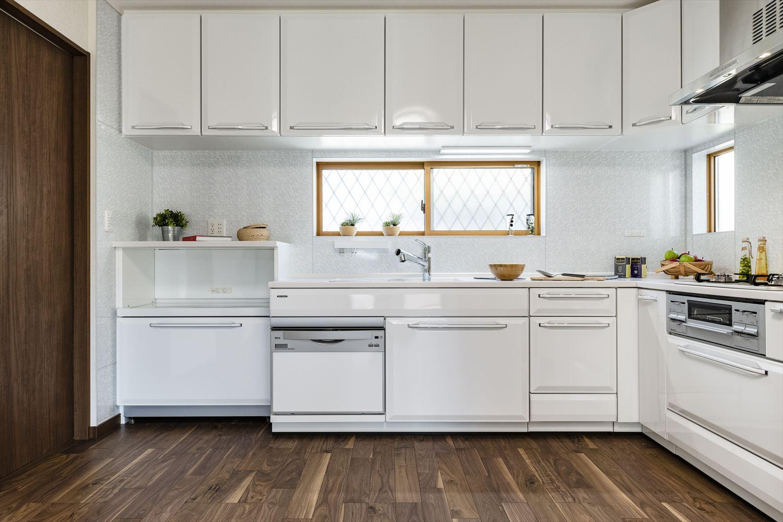 真っ白なキッチン扉がスペースを彩ります。