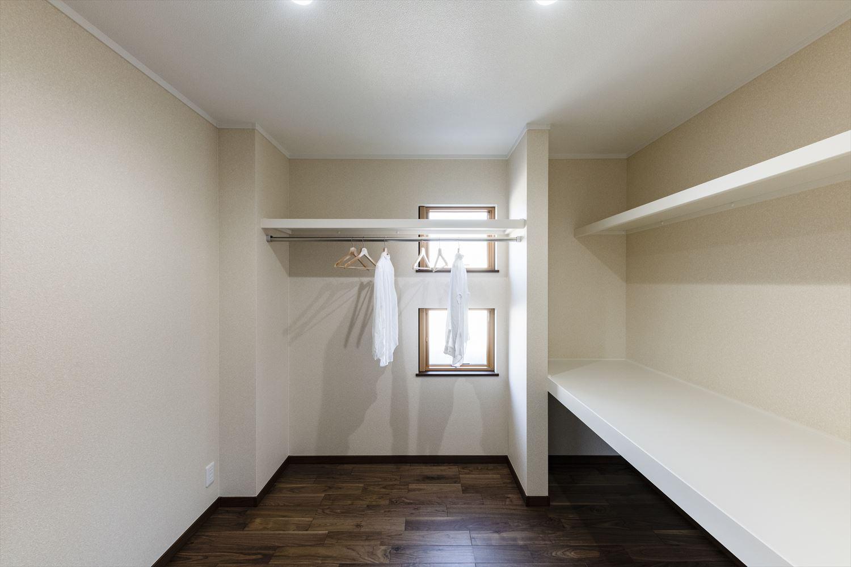 4帖の大きなウォークインクロゼットを備えた2階寝室。