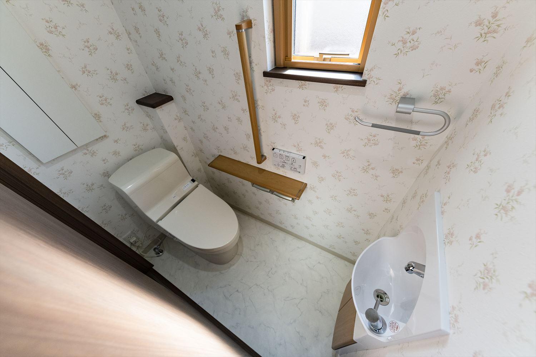 2階トイレ/花柄白いクロスが、さり気なくエレガントに清潔感を演出。