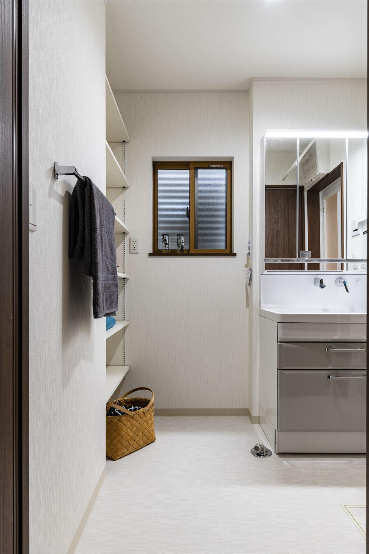 ライトグレーの洗面化粧台がエレガントな雰囲気を演出。