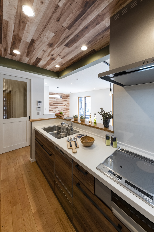 キッチン/木のやさしい風合いの扉カラーがナチュラルな雰囲気をプラス。