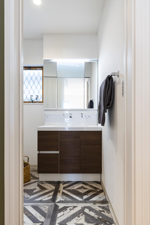 床にアクセントを付け、シンプルながらも印象的な空間に。